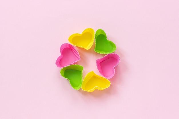 Prato de moldes em forma de coração de silicone colorido para assar cupcakes