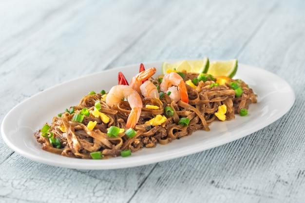 Prato de pad thai - macarrão de arroz frito tailandês