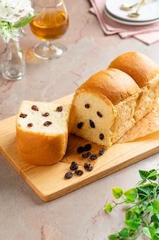 Prato de pão de passas indonésio na bandeja