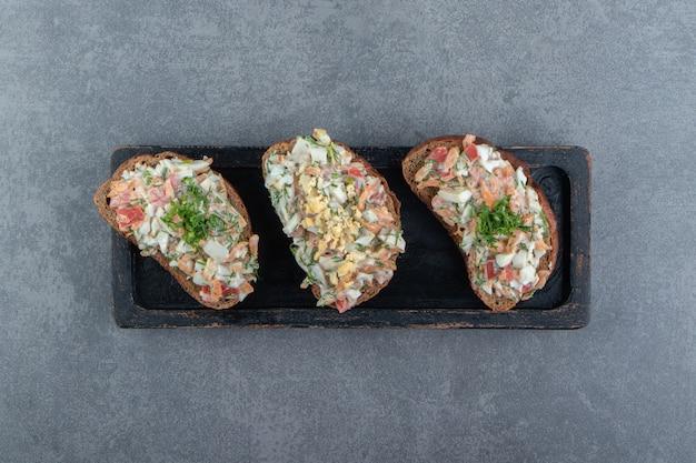 Prato de pão torrado com salada fresca