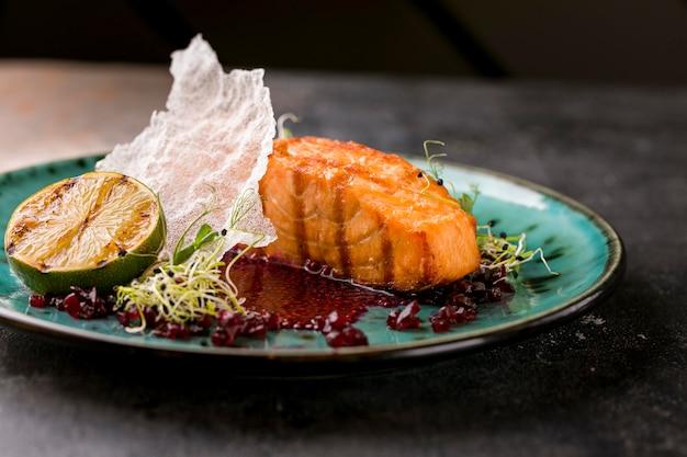 Prato de peixe de luxo com vista frontal