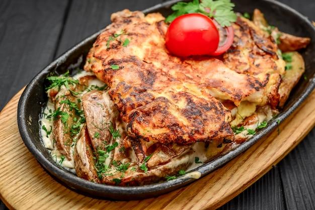 Prato de peixe - filé de peixe frito com batatas e legumes fritos