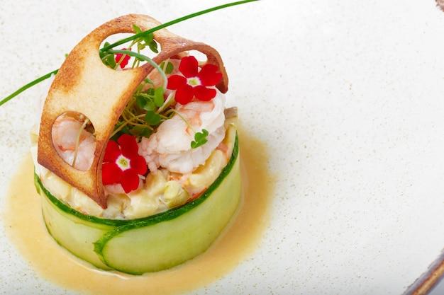 Prato de peixe filé de peixe frito com legumes