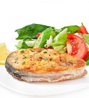 Prato de peixe - filé de peixe frito com legumes