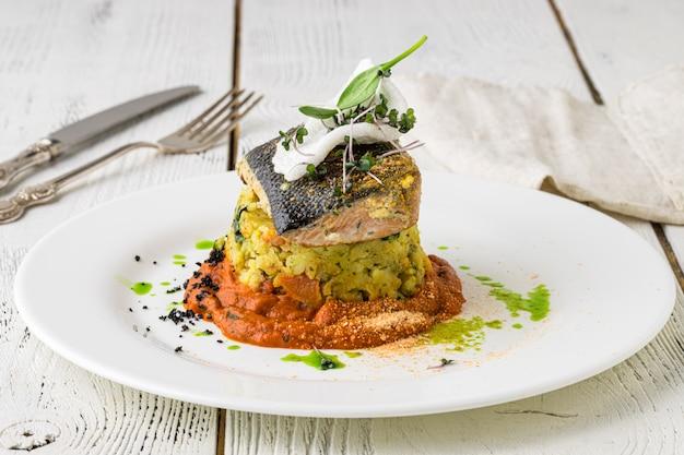 Prato de peixe - filé de peixe frito e legumes