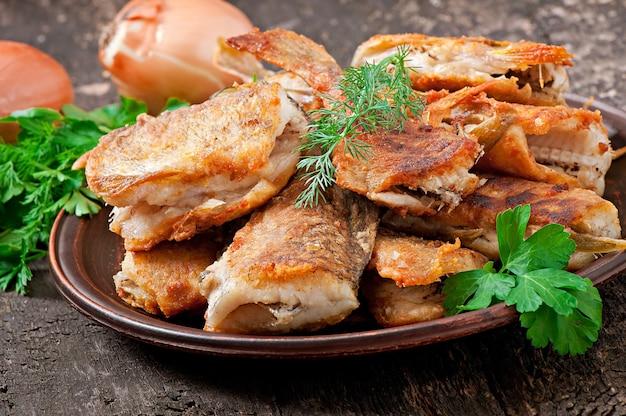 Prato de peixe - peixe frito e ervas