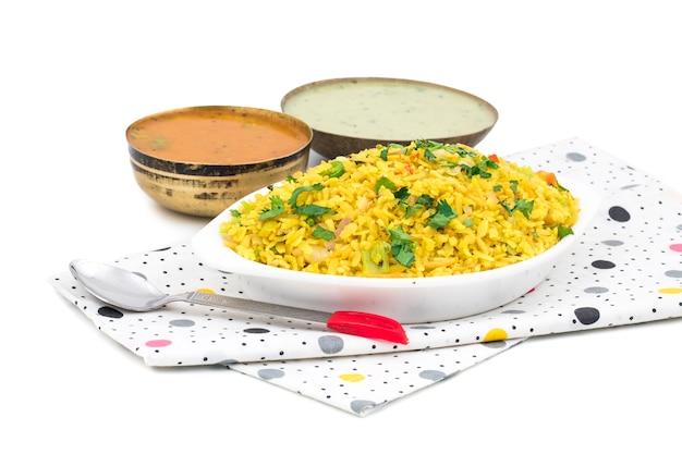Prato de pequeno-almoço indiano poha em fundo branco