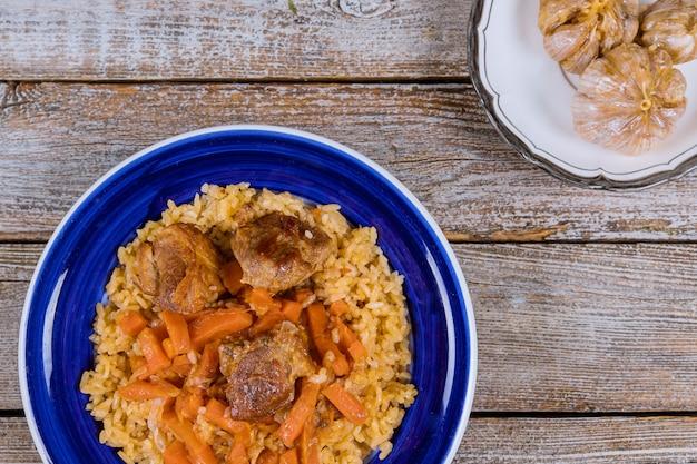 Prato de pilaf de uzbeque com carne picante e cenoura