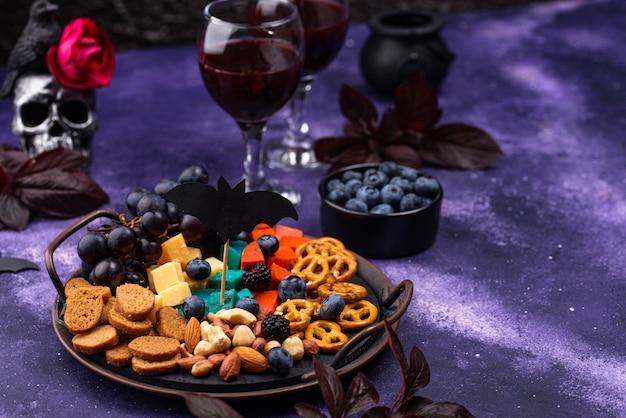 Prato de queijo com aperitivos de halloween