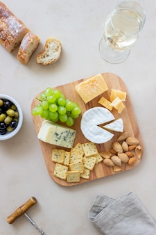 Prato de queijo com bolacha, amêndoas e uvas