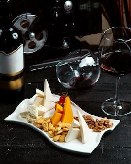 Prato de queijo com bolachas e nozes
