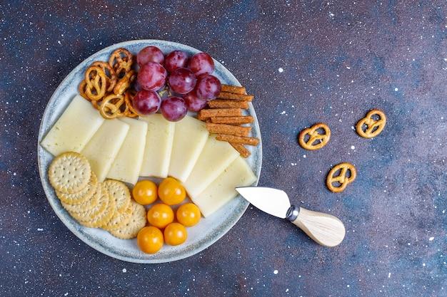 Prato de queijo com delicioso queijo tilsiter e petiscos.