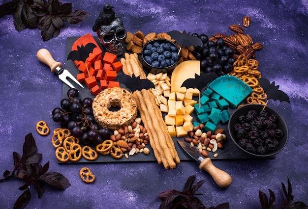 Prato de queijo com frutas, nozes e lanches