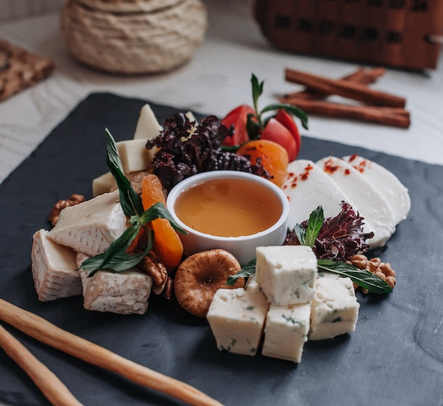 Prato de queijo com mel em cima da mesa