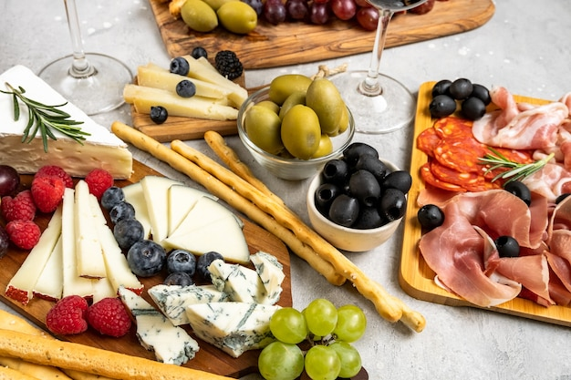Prato de queijo com queijo brie parmesão pecorino e gorgonzola servido com azeitonas de uva