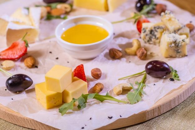 Prato de queijo com queijos dorblu parmesão brie camembert e roquefort em servir na mesa de ...