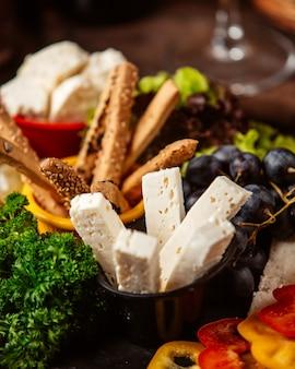 Prato de queijo com uvas