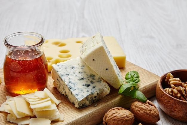 Prato de queijo com vegetais e suprimentos vista superior