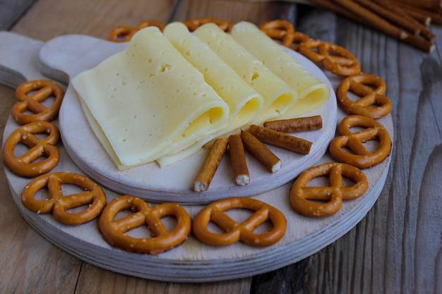 Prato de queijo cru em fundo rústico, vista superior