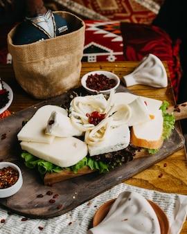 Prato de queijo da geórgia em cima da mesa