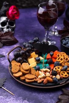 Prato de queijo de aperitivos de halloween com salgadinhos