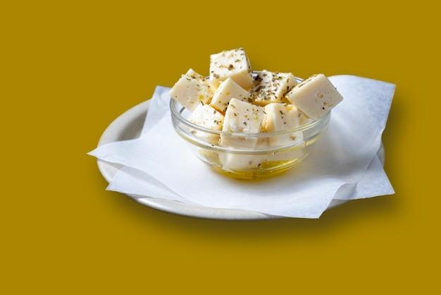 Prato de queijo em cubos com azeite - foco seletivo