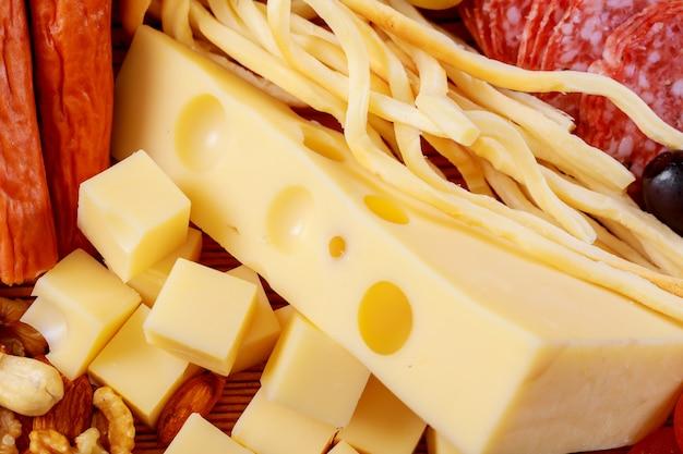 Prato de queijo fresco sortido e salame