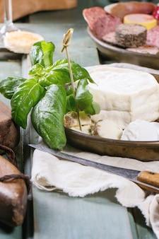 Prato de queijo na toalha de mesa