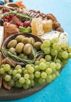 Prato de queijo variedade de saborosos aperitivos ou antepastos vista superior
