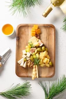 Prato de queijos com diferentes queijos e uvas, nozes, azeitonas, figos, aperitivo gourmet festivo