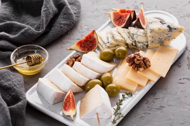 Prato de queijos com figo