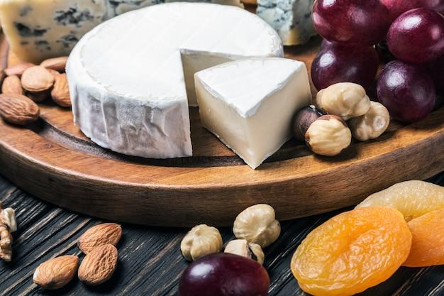 Prato de queijos com frutas e nozes