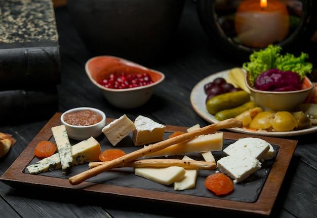 Prato de queijos com nozes e galetta.