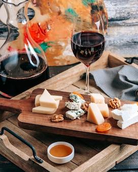 Prato de queijos com vinho tinto