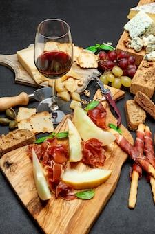 Prato de queijos frios com chouriço de salame, presunto, queijo e vinho