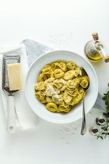 Prato de ravióli italiano com placa de ravióli italiano com queijo parmesão