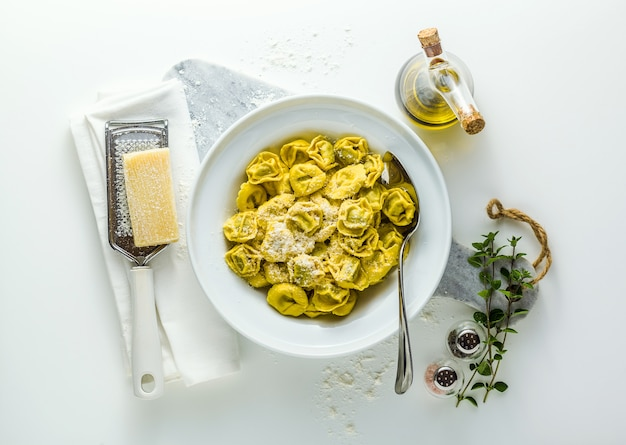 Prato de ravióli italiano com prato de ravióli italiano com queijo parmesão