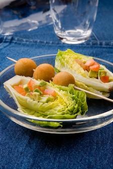 Prato de salada em fundo de tecido denim