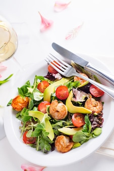 Prato de salada fresca com camarão, abacate, tomate e verduras mistas