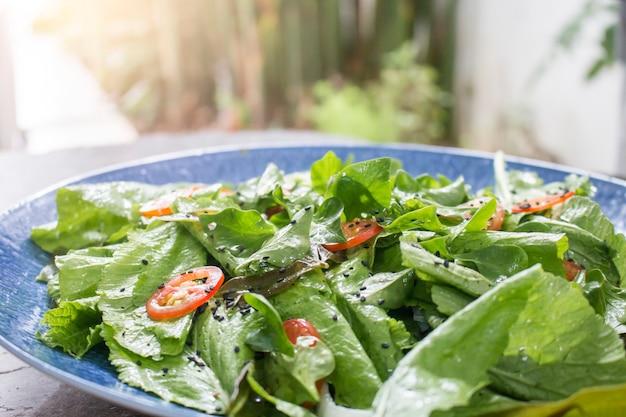 Prato de salada fresca com verduras mistas