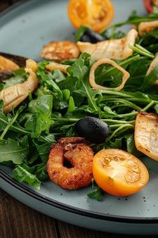 Prato de salada gourmet de frutos do mar com verduras