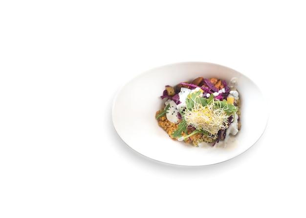 Prato de salada gourmet em fundo branco
