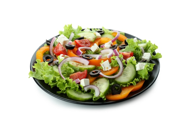 Prato de salada grega isolado na superfície branca