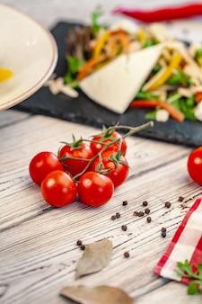 Prato de salada verde com legumes e queijo