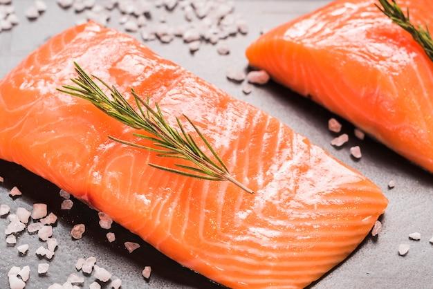 Prato de salmão com ervas e especiarias