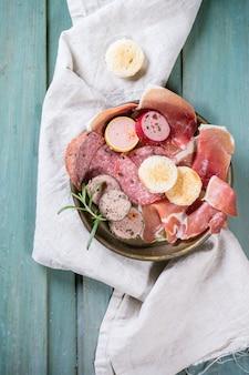 Prato de salsicha na toalha de mesa