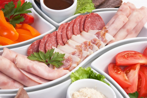 Prato de salsichas e legumes variados