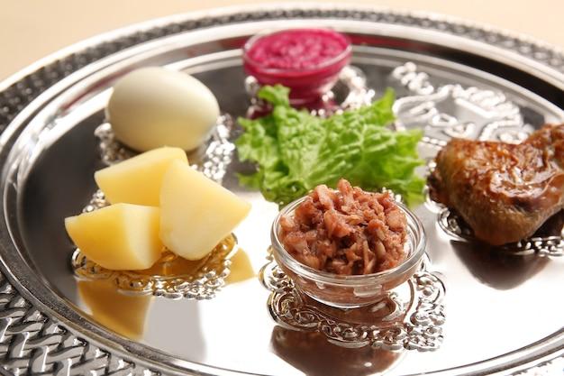 Prato de seder de páscoa com comida tradicional, closeup