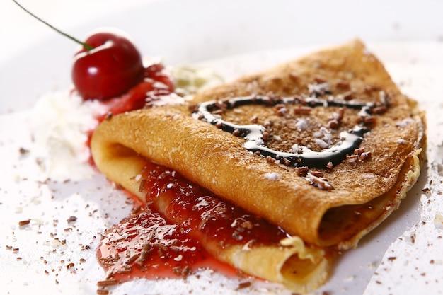 Prato de sobremesa com panquecas e cerejas