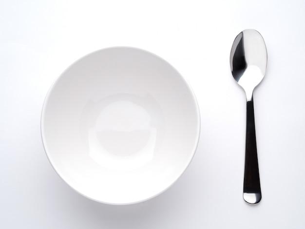 Prato de sopa profunda e colher